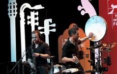 شا (آشتفان هاسله باخر) نوازنده ساکسوفن و اندی پوپاتو (پرکاشن) از گروه رونین