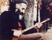 محمدرضا لطفی در حال نوازندگی سه تار