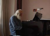محمدرضا لطفی در حال نوازندگی پیانو