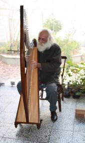 محمدرضا لطفی در حال نواختن چنگ