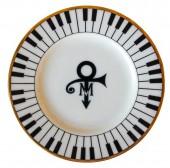 در سال 1993 پرینس نام خود را به یک علامت غیرقابل تلفظ تغییر میدهد.این نشان روی بشقابهایی که در مراسم ازدواجش با مایتی گارسیا استفاده شدند حک شده بود.