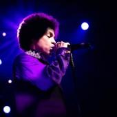 آلبومهای بعدی پرینس به موفقیت چندانی دست نیافت، اما شهرت او به عنوان یکی از بهترین هنرمندان زندهی جهان هرگز کم نشد. در اینجا او را در فستیوال جز منترو در سوئیس میبینیم. 2010 عکاس: مارک دوکرست