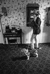دیلن در متل سی کرِست در شمال فالموث، ماساچوست. این اولین باری بود که سگ پاکوتاهش جلوی دوربین دیده شد. متل تبدیل به پایگاه رولینگ تندر شده بود و زمین تنیس سرپوشیده آن به  فضای تمرین گروه تبدیل شده بود.