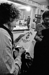 بررسی چرک نویس تراکت اجرای رولینگ تندِر، اکتبر۱۹۷۵ هنگامی که ریگان اولین عکسهایش راگرفت، در تمرینات شهر نیویورک .