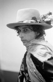 """در نیو هاون، کنکتیک، عکسی که ریگان در رختکن از دیلن گرفت. """"او چرخید و مستقیم به من نگاه کرد. من نگاهش رو شکارکردم و ازش خواستم که یک دقیقه نگهش دارد."""" دیلن بعدتر گفت که این بهترین عکسی بود که کسی از او گرفته. ۲۷ سال بود که این عکس دیده نشده بود، تا اینکه سال ۲۰۰۲ بر روی جلد سری شماره ۵ بوتلگ: اجرای زنده باب دیلن ۱۹۷۵، از آن استفاده شد."""