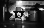 یک عکس از چهرهی باب دیلن در پشت صحنه با گریم سفید. ریگان بخاطر دارد که دیلن در حال گفتن این جمله بود: می خواهم که مردم راهی پیدا کنند که از پشت توانایی دیدن چشم هایم را داشته باشند.