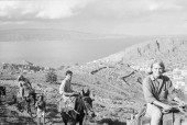 در سپتامبر 1960 کوهن در جزیرهای در دریای اژه خانهای به مبلغ 1500 دلار خرید. در تصویر او سوار بر الاغ در این جزیره دیده میشود. Photograph: James Burke