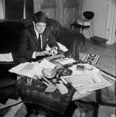 """پاییز 1963 در مونترال، در حال کار کردن روی رمان خود به نام """"بازی مورد علاقه"""". Photograph: Allan R Leishman/ Montreal Star"""