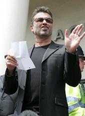 بیرون دادگاه در لندن در حالی که حکم 2 سال ممنوعیت رانندگی و 100 ساعت خدمات اجتماعی را در دست دارد. | 2007 | Photograph: Carl Sims/REX/Shutterstock