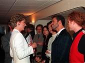 پرنسس دایانا در حال صحبت با جرج مایکل قبل از کنسرتی به مناسبت روز جهانی ایدز | 1 دسامبر 1993
