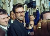 بیرون دادگاه او برای رسیدگی به پرونده شکایتش از شرکت سونی موزیک در دادگاه حاضر شده بود | اکتبر 1993 | Photograph: Alistair Grant/AP
