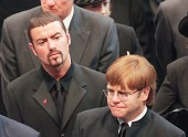 جرج مایکل و التون جان در مراسم تشییع پرنسس دایانا | 6 سپتامبر 1997 | Photograph: Johnny Eggitt/AFP/Getty Images