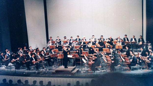 ارکستر بزرگ مضرابی به رهبری حسین دهلوی، تهران ۱۳۷۲ (عکس از کتاب «موسیقیدانان ایرانی» نوشته پژمان اکبرزاده)
