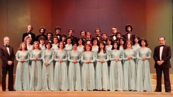 «کُر ملی ایران» به رهبری آلفرد ماردویان (ایستاده چپ) در تهران. پیانیست همراه: بیژن داداشی